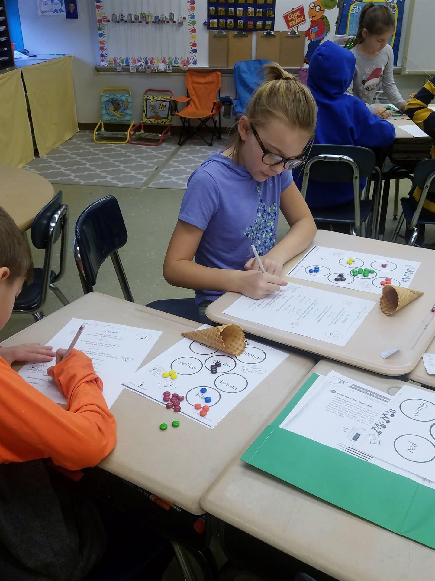 Ms.-Dugan's-3B-class-learns-math-using-M-&-M-candies